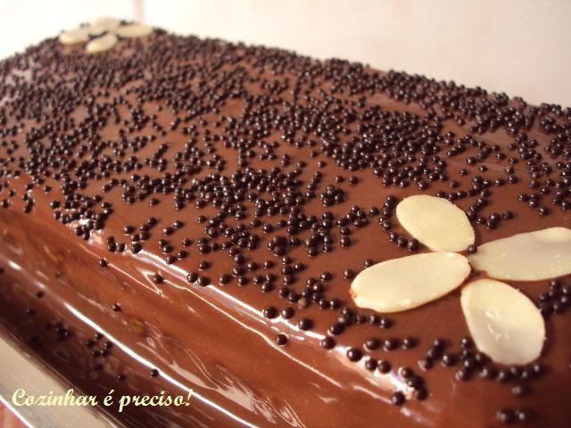 Pão-de-ló com recheio de caramelo e nozes coberto por ganache de chocolate / Sponge cake with caramel, nuts and chocolate