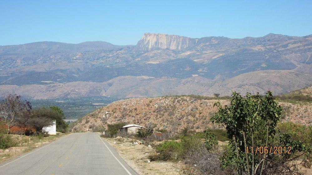 Hermosa vista de un Farallón en la lejanía, Cajamarca - Perú.