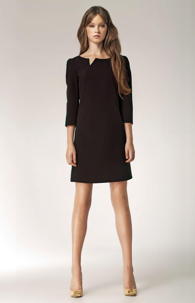 fba9eac5b8d Cette très jolie petite robe noire courte légèrement évasée à manches trois  quart et au décolleté original sera tout simplement parfaite pour votre  soirée!