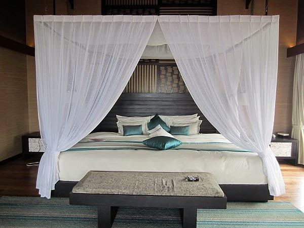 Curtain Ideas: White sheer canopy bed curtain