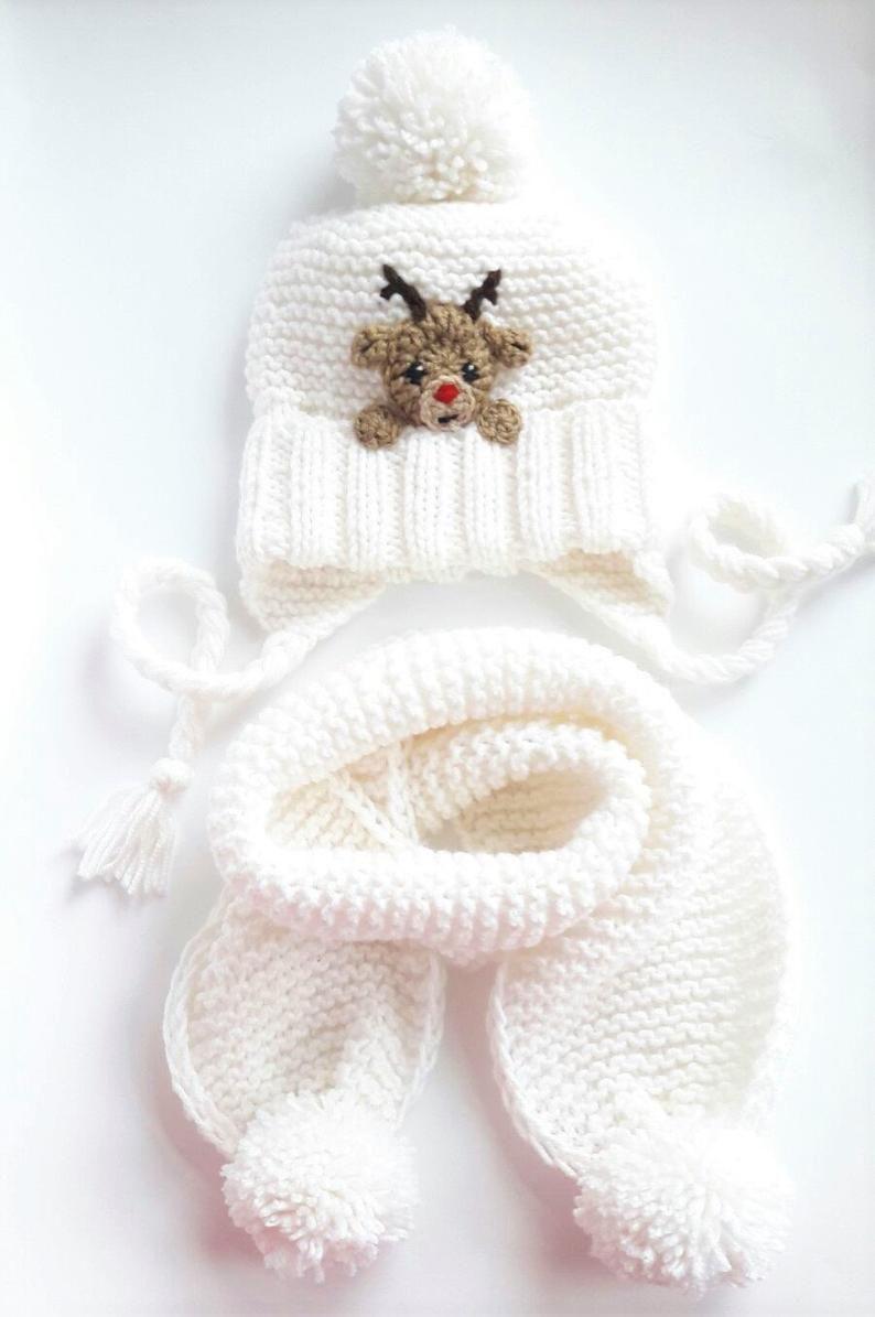Photo of Weihnachten Outfit, Hut und Schal, Reindeer Hut, Winter-Outfit, Winter-Accessoires, weiße Mütze, stricken Schal, Pom Pom Hut, Weihnachtsgeschenk