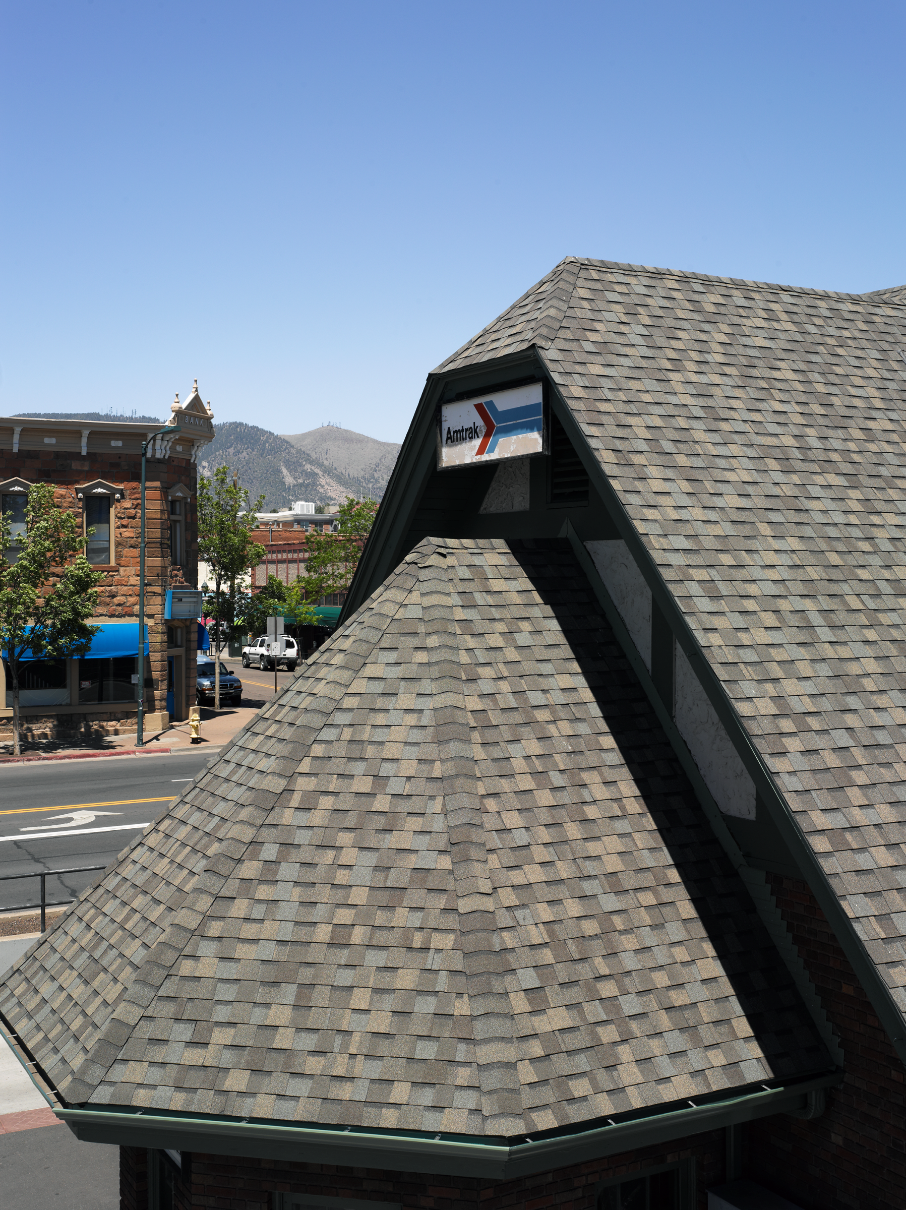 Certainteed Landmark Premium Designer Shingles In Weathered Wood On The Flagstaff Visitor Center And Amtrak Station Residential Roofing Roofing Roof Colors