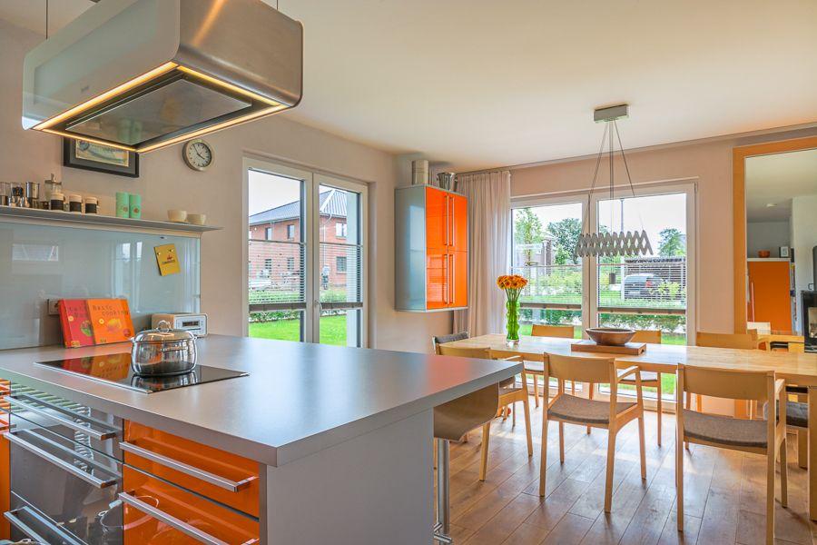 Offener Wohnbereich Mit Kuche In Knalligem Orange In Einer Modernen Stadtvilla Im Bauhausstil Eco System Haus Stadtvilla Villa Haus