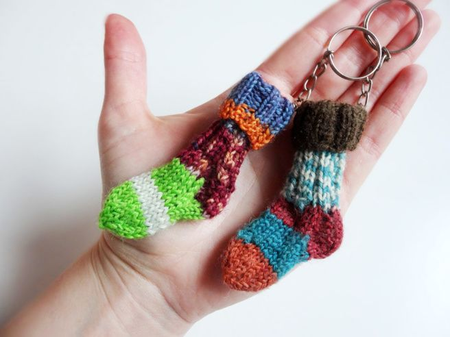 Photo of Anleitung: Mini-Socken Schlüsselanhänger stricken