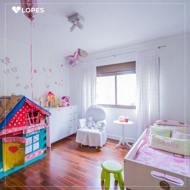 Não é necessário comprar vários objetos de decoração para fazer um belo quarto.  Simples e com estilo, esse quarto infantil possibilitou uma pitada de humor ao acrescentar detalhes cor de rosa.