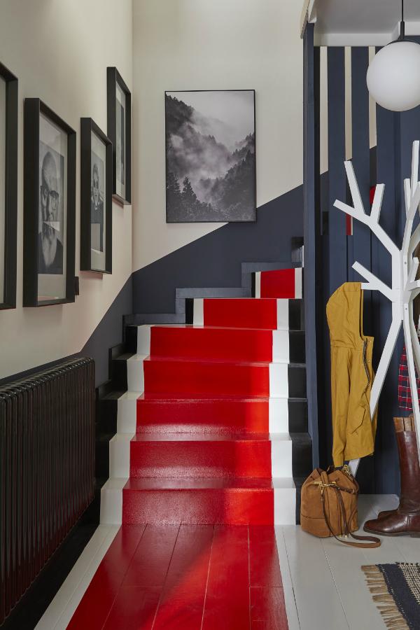 Un Tapis Rouge Pour Relooker L Escalier Decorer Un Couloir Deco Maison Interieur Bauhaus