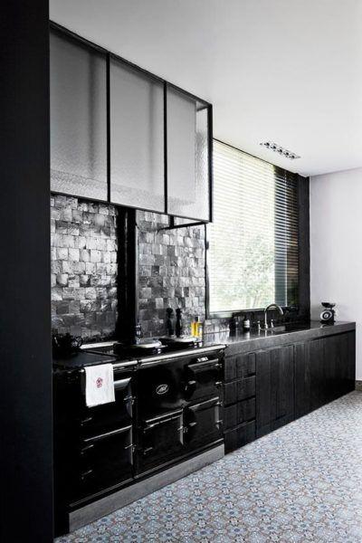 Zellige dans la d co cuisine industrielle cr dence en carreaux noirs cuisine kitchen - Zellige de cuisine ...
