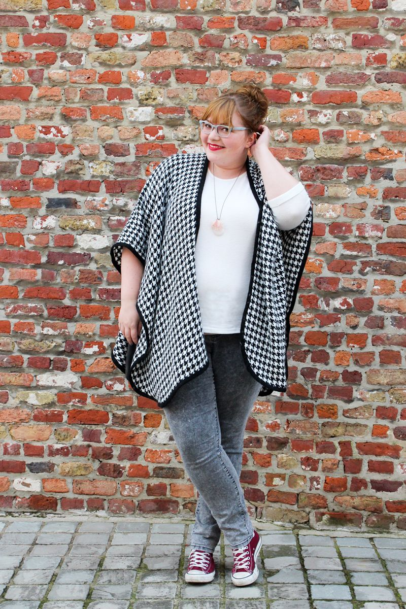 kathastrophal.de | Plus Size Outfit, vacation capsule - wearing grey skinny jeans and a poncho by Junarose