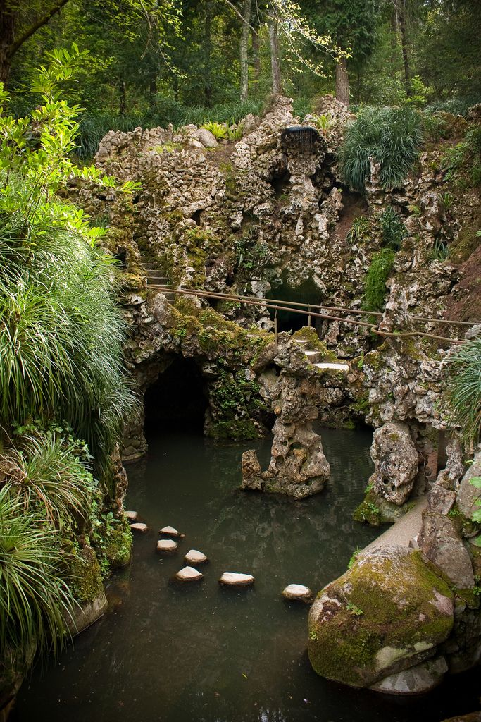 Quinta da regaleira garden grotto with waterfall for Jardines quinta da regaleira