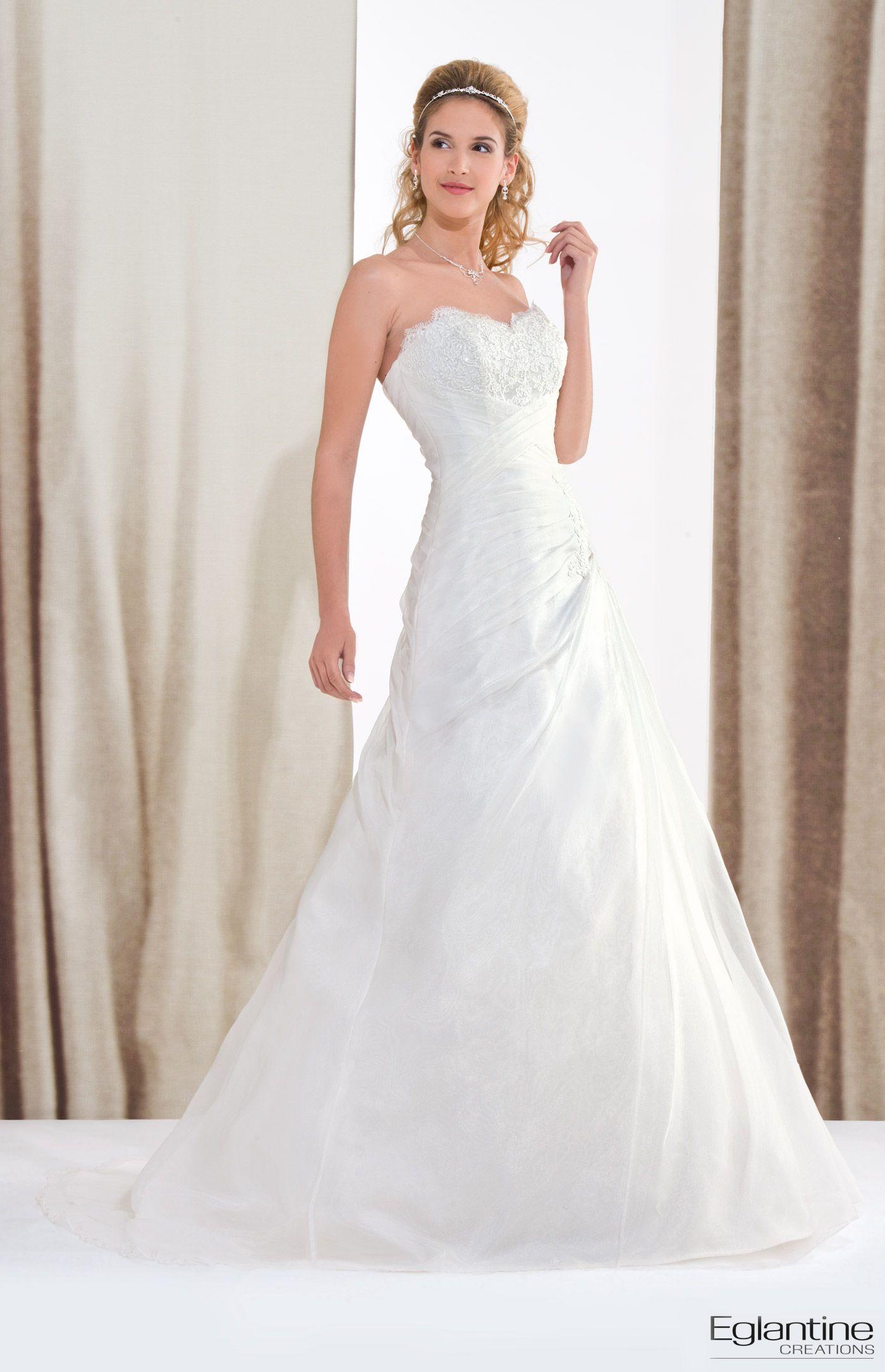fdf7a2425d2 Robe de mariée drapée en organza. Décolleté cœur orné de dentelle et jupe  vaporeuse avec drapé d organza. Fermeture et boutons recouverts dans le dos.