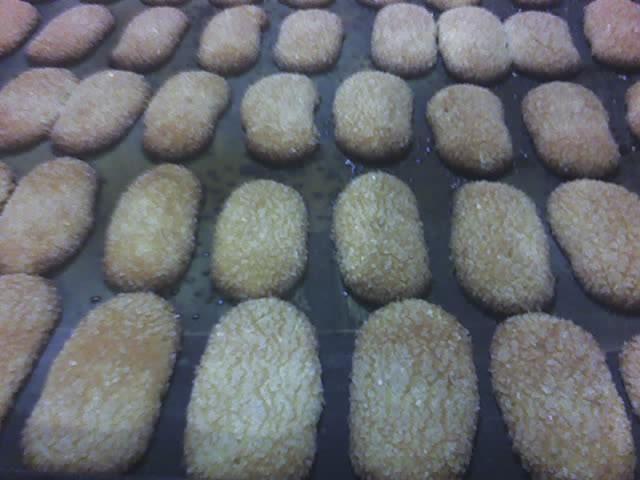 150 g de açúcar refinado  - 150 g de farinha  - 4 ovos  - 2 gemas  - Essência de baunilha  - Açúcar cristal para decorar a gosto  -