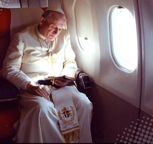 papa rezando breviario