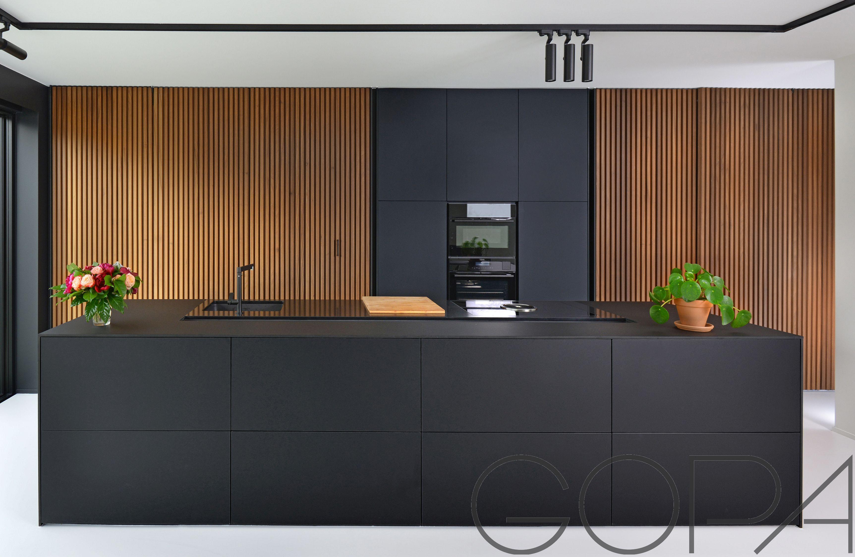 Mat zwarte keuken met volkern vanea fenix werkblad dream