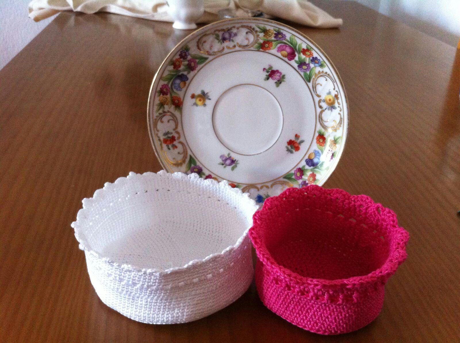 Cestitas  crochet en color blanco y fucsia .Para decorar habitacion niña .