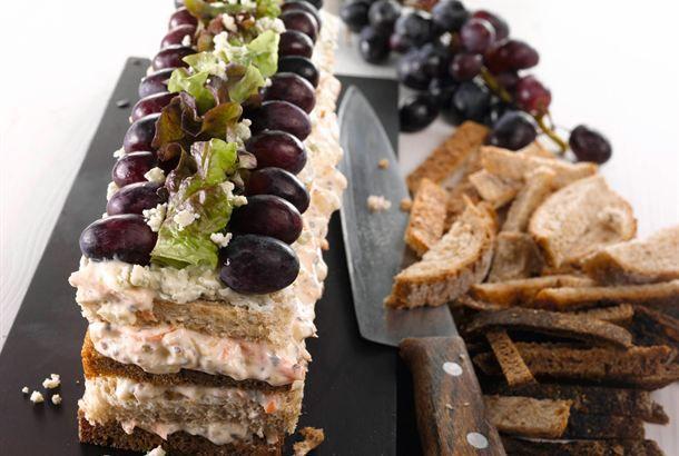 Voileipäkakku on maukas tarjottava myös kasvistäytteellä. Raikas kasvisvoileipäkakku sopii hyvin kevään ja kesän juhlapöytiin. http://www.valio.fi/reseptit/kasvisvoileipakakku/