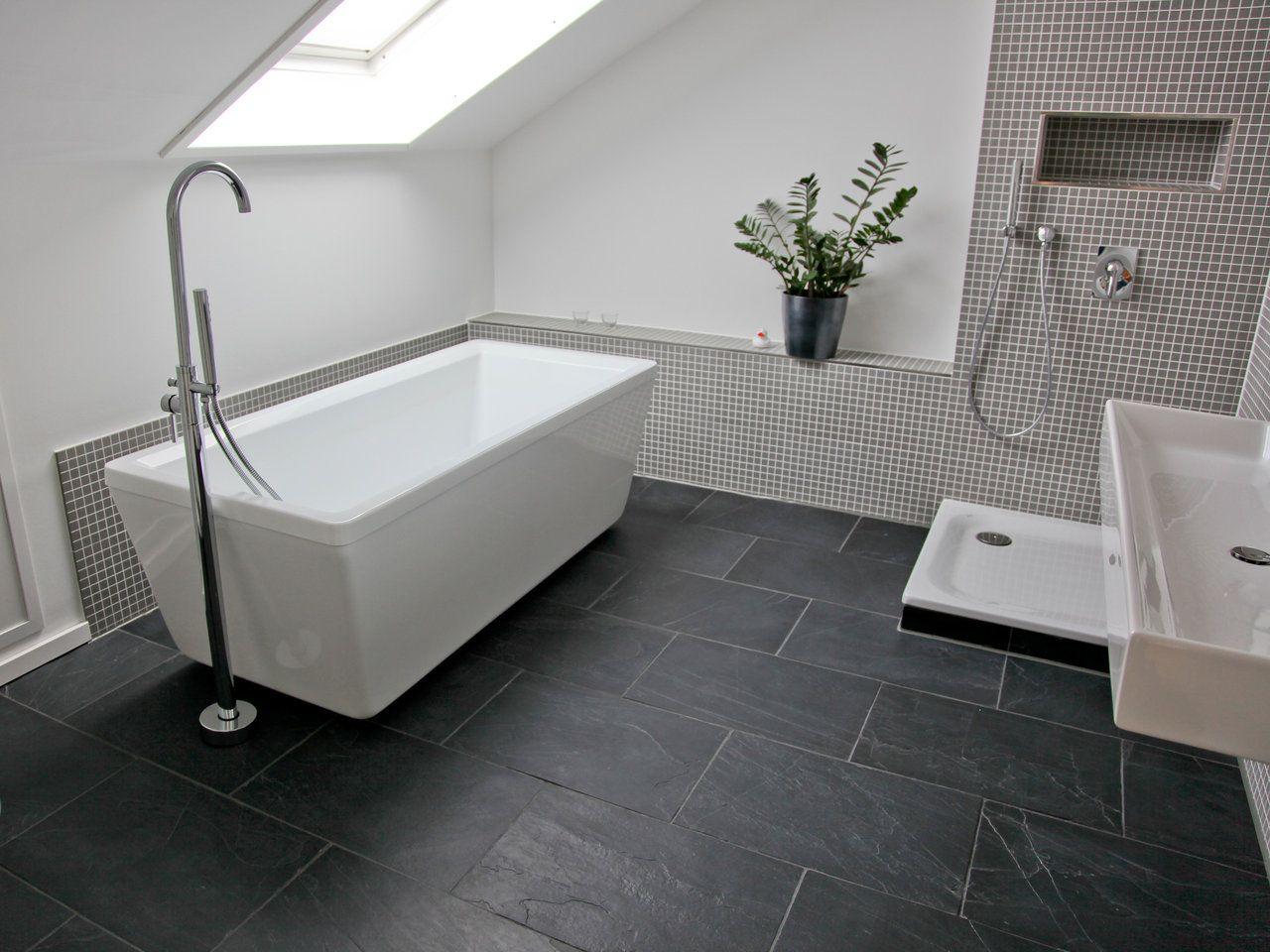 bad mit dachschraege schiefer fliesen black rustic. Black Bedroom Furniture Sets. Home Design Ideas