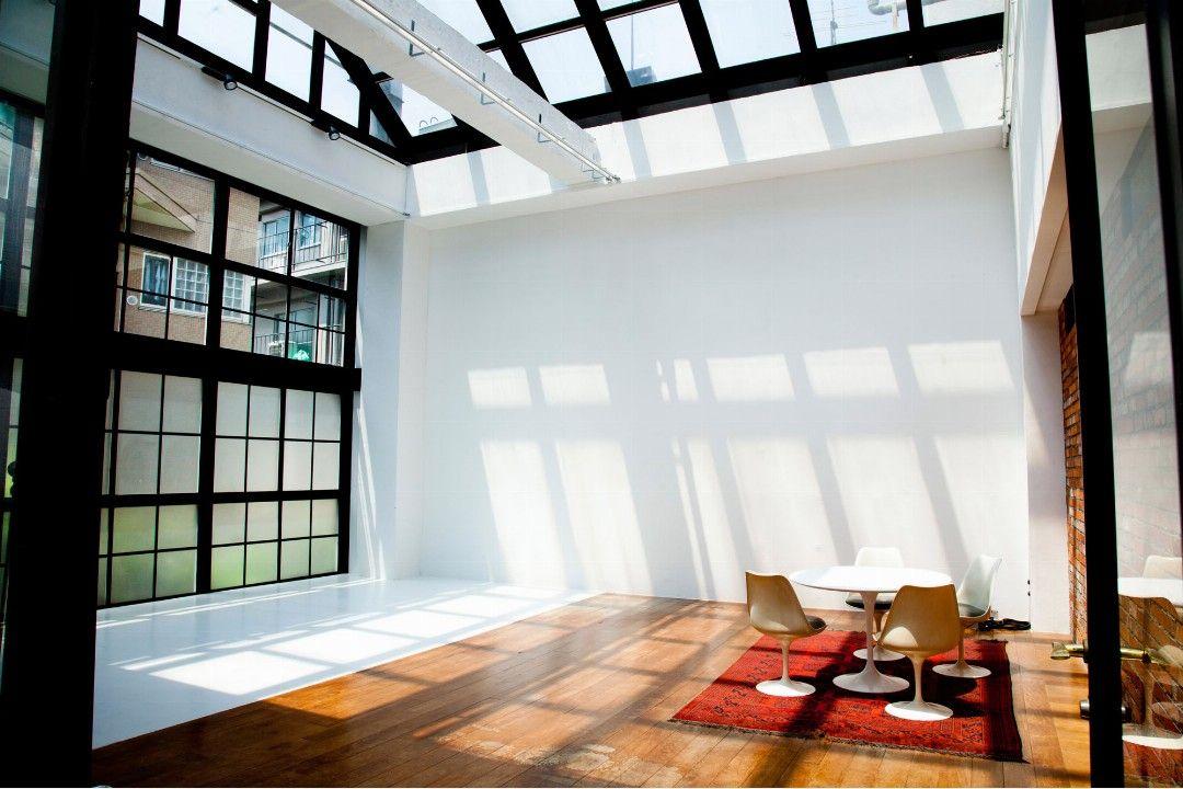 天井高 全面天窓ガラス張り 自然光降り注ぐペントハウス ローズ