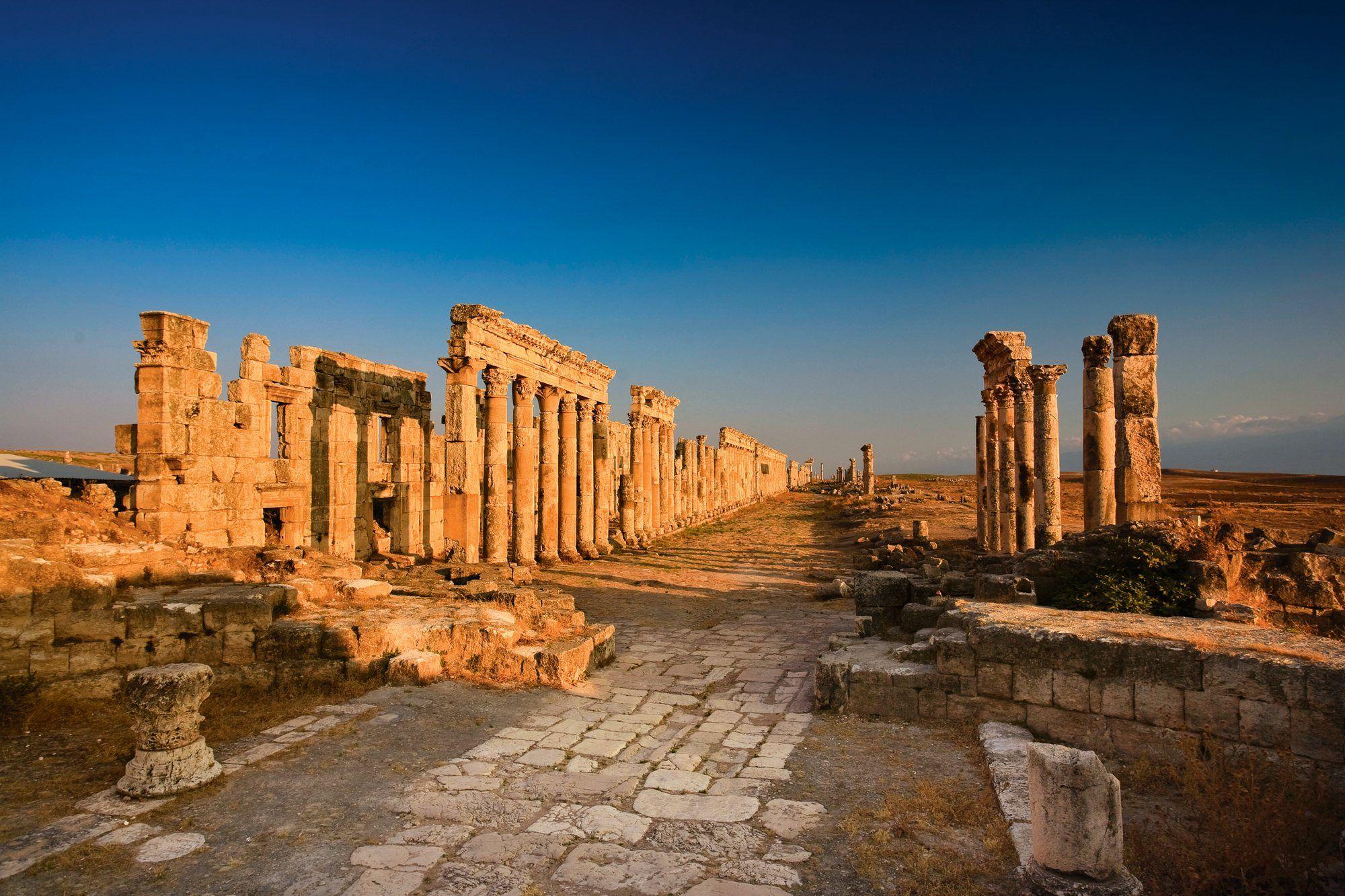 La columnata de Apamea  Tras la derrota en la batalla de Magnesia frente a Escipión, el rey seléucida Antíoco III se vio obligado a firmar una paz con Roma en la ciudad siria de Apamea. En la imagen, la vía principal.