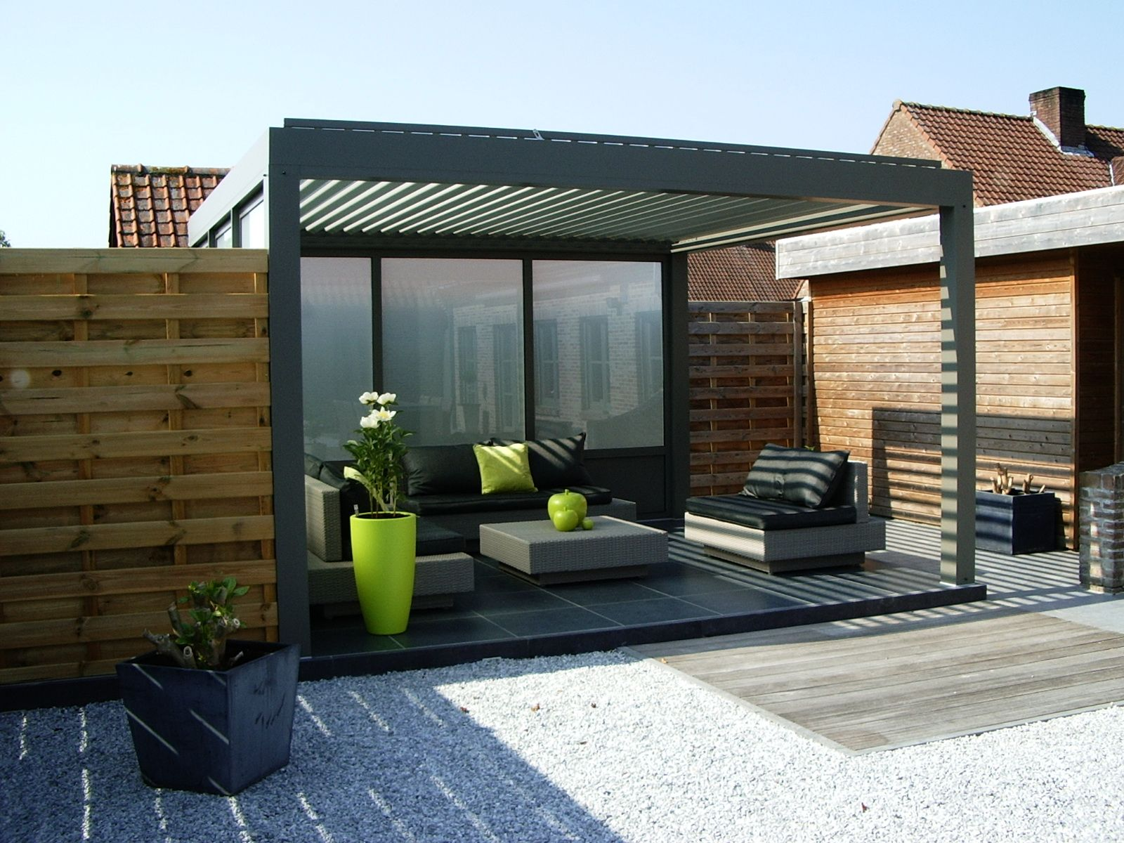 biossun benelux project terrasoverkapping pergola couverture de terrasse met avec vaste glaswand. Black Bedroom Furniture Sets. Home Design Ideas