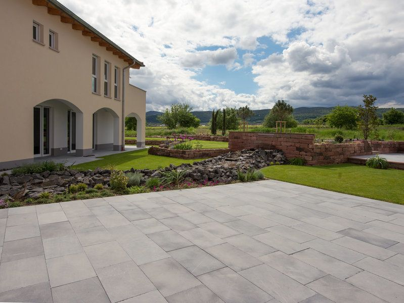 Moderne #Terrasse mit Blausteinplatten und einem Hauch - elemente terrassen gestaltung