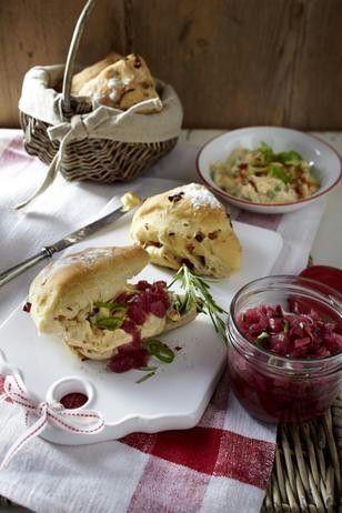 Zwiebel-Speck-Brötchen mit Lauchzwiebel-Obatzter und Zwiebel-Balsamico-Relish