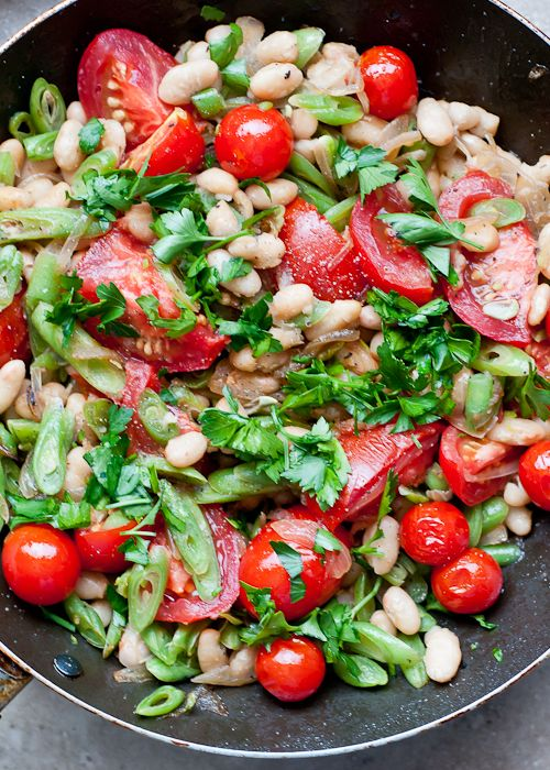 Bean salad with tomatoes and vinaigrette