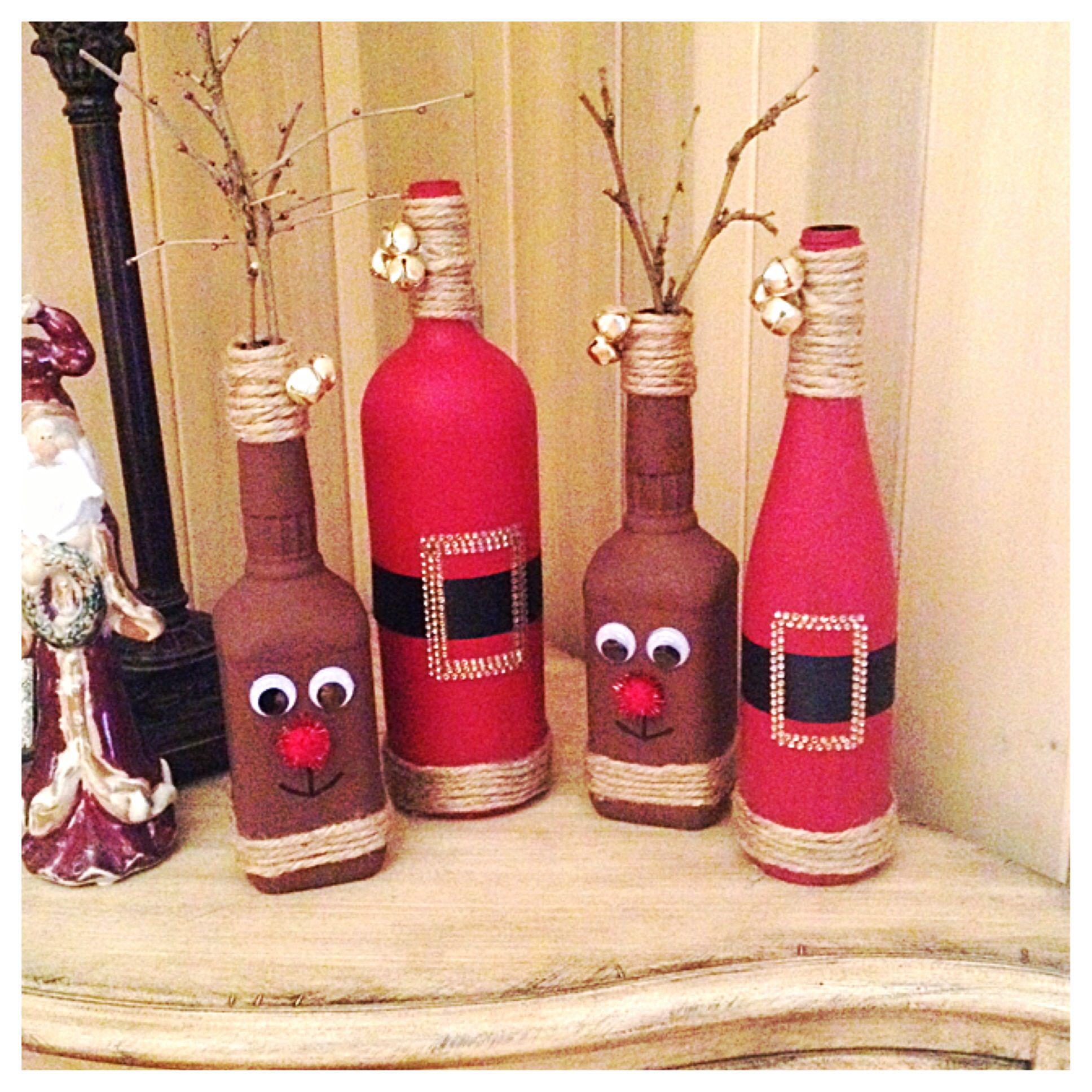 Diy Christmas Decor Reindeer From Old Whiskey Bottles And Santas From Old Wi Decoracion De Botellas Navidenas Botellas Decoradas Para Navidad Botella Navidena