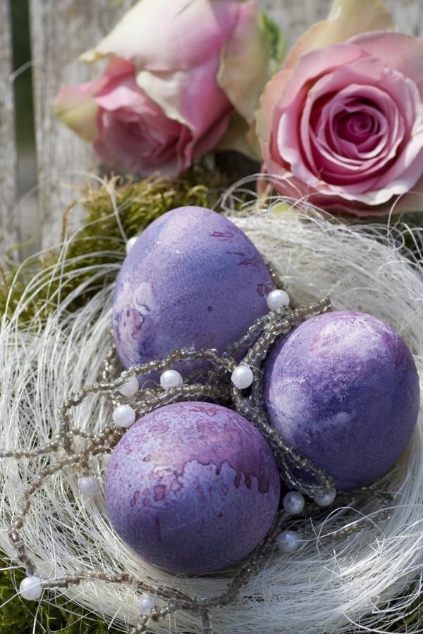 deko-ideen für ostern nest ostereier lila arrangieren ...