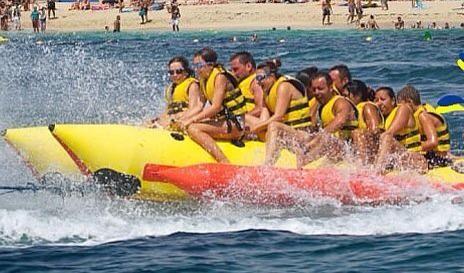 Banana Una actividad especial para varias personas! Con una capacidad para hasta 8 personas! dando un paseo por la costa de Marbella y divirtiendote con las sorpresivas caídas!