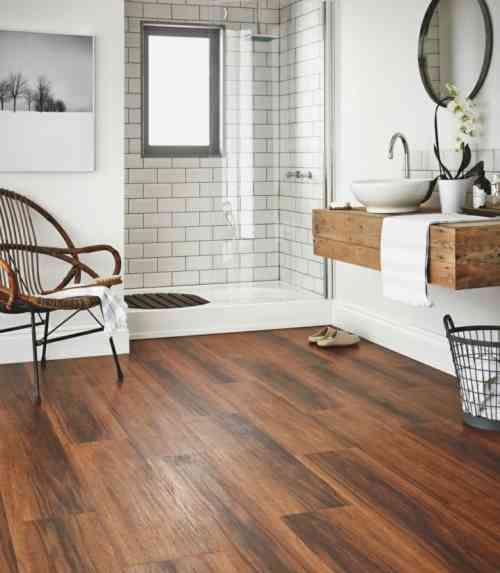 salle de bain contemporaine avec parquet de bois parquet