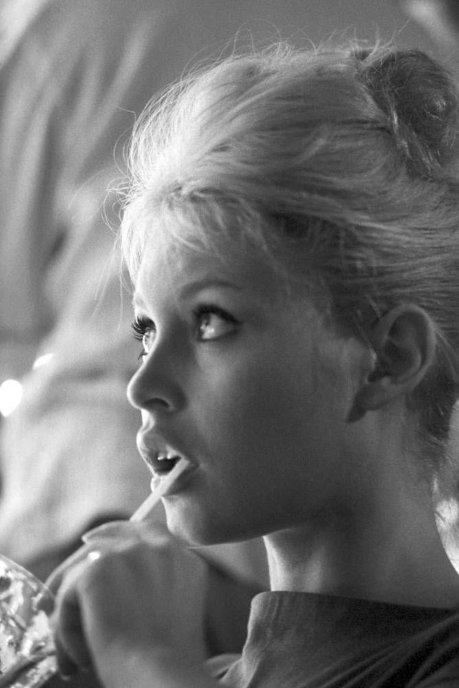 779: French Actress BRIGITTE BARDOT - Nude Photo Signed