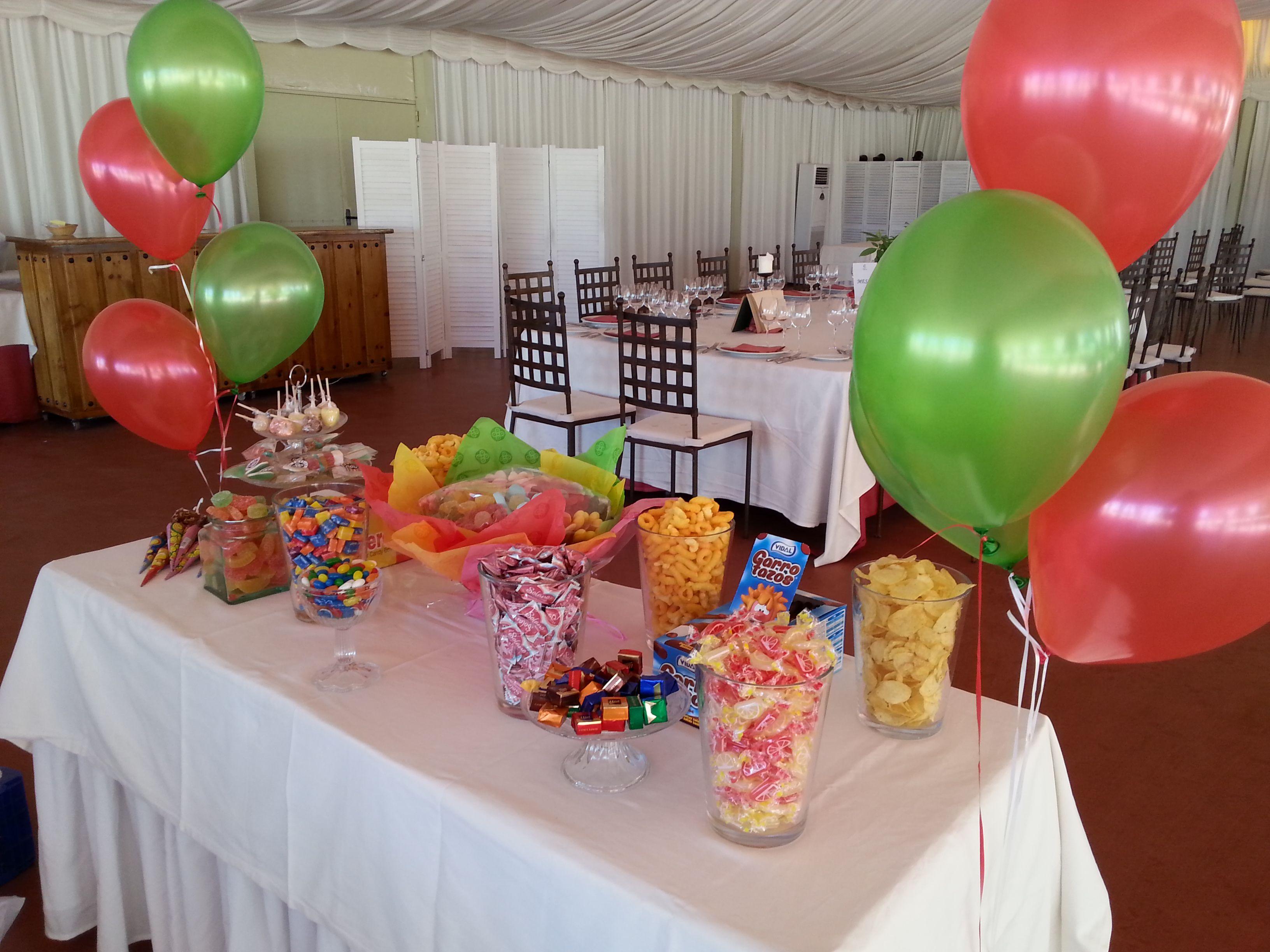 Mesa de golosinas (candy bar) para comunión, decorada con globos y todo sin gluten!