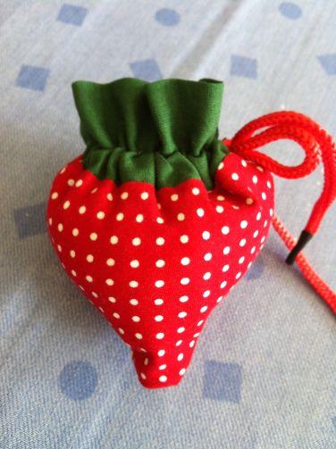 J'adore les sacs et j'avais craqué sur le « strawberry bag  » de Ikat bag.  Le site est en anglais mais le tuto est très clair et il y a plein de photos. Une fois qu'on a compris le système on peut le décliner. Moi je me suis amusée à créer le sac tomate. En revanche pour lui donner sa forme bombée et arrondie il faut modifier les mesures pour la base.  voici le lien vers le site avec le tuto : http://www.ikatbag.com/2010/04/strawberry-bag.html