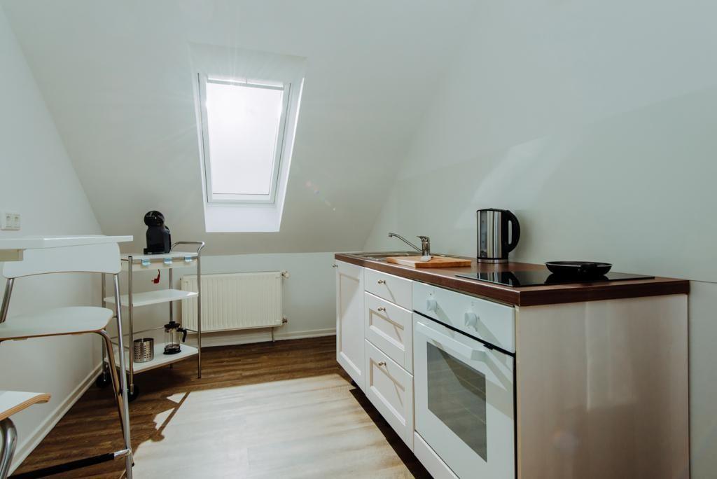 Moderne Küche mit Arbeitszeile, kleiner Sitzgelegenheit und schönem ...