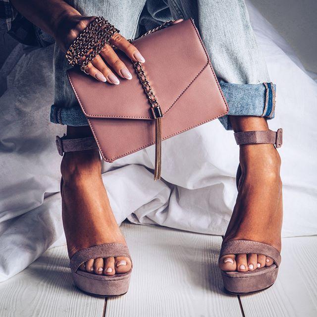 a58d1ed8783 Модная обувь на танкетке на лето 2018 года  обувь   босоножки   туфли
