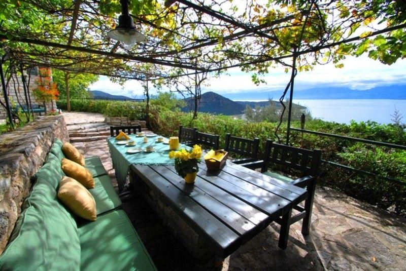 belle terrasse avec vigne pour faire de l 39 ombre laube. Black Bedroom Furniture Sets. Home Design Ideas