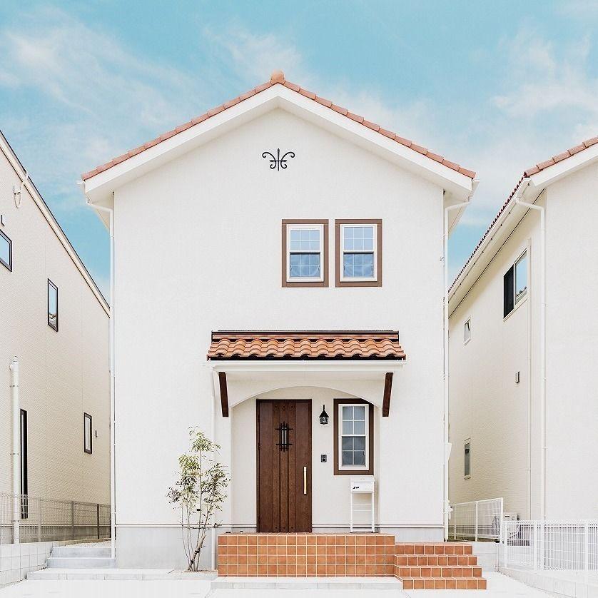 カナルホーム On Instagram 白色の外壁にオレンジ色の屋根のカフェ風