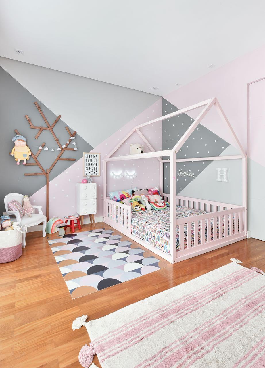 O quarto da Helena é apaixonante e super inspirador. A combinação do rosa + cinza garante um look romântico e moderno ao mesmo tempo. Nós amamos! Compre agora em www.mooui.com.br