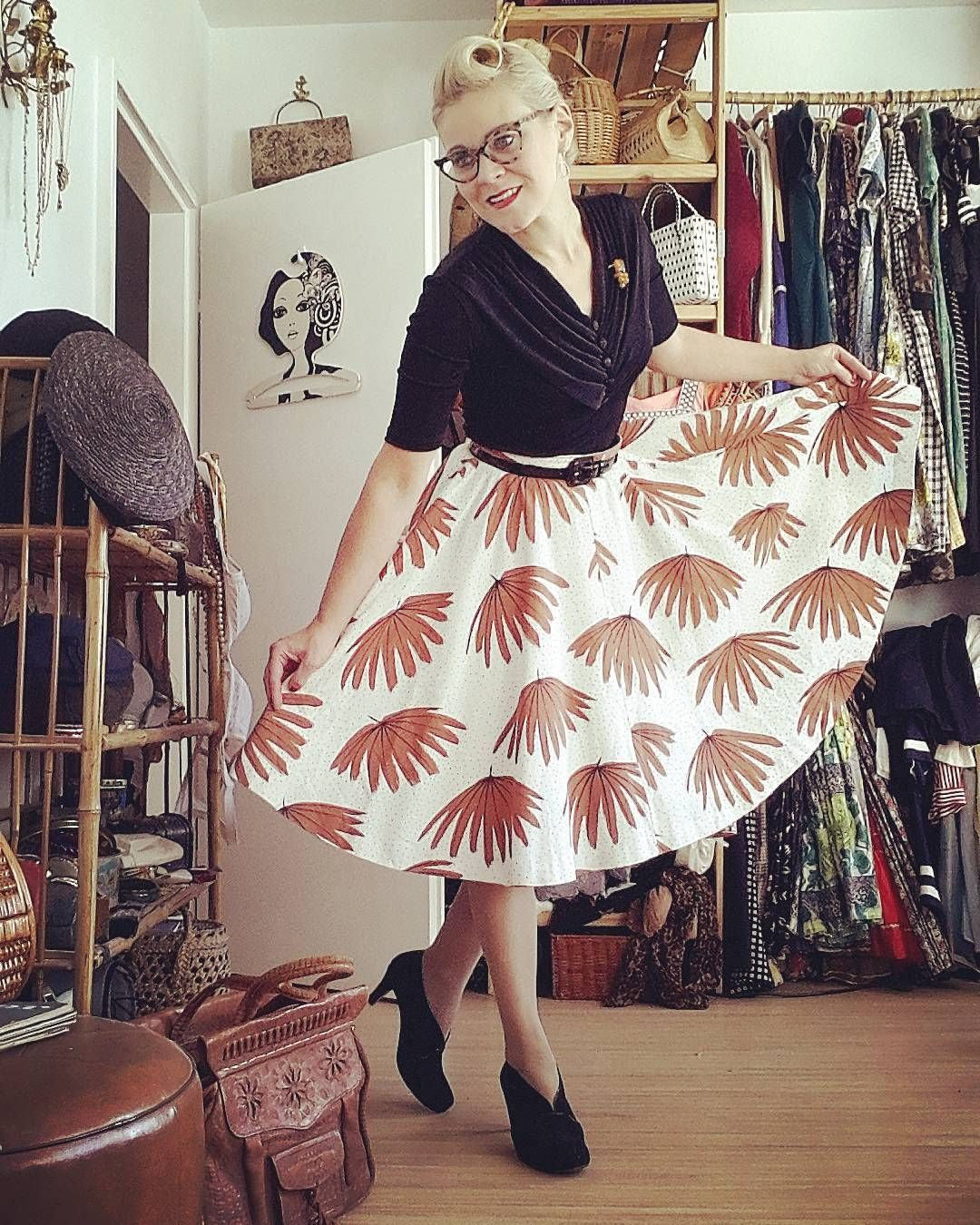 """Outfitoftheday. Wearing  vintage top and a #50s circle skirt. #ootdsocialclub #truevintageootd #officedress #daydress #50s #petticoat #vintagehairstyle…"""
