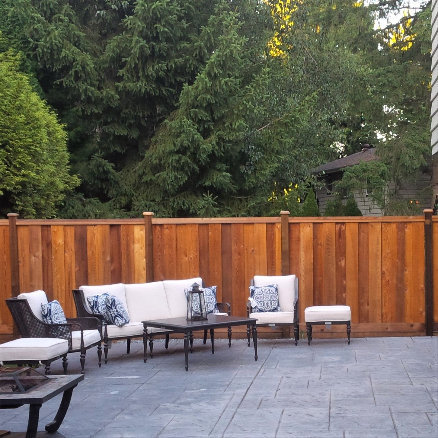 Our Cambridge Overlap Flow Through Fencing Style Makes A Beautiful Back  Drop For Any Outdoor Patio.