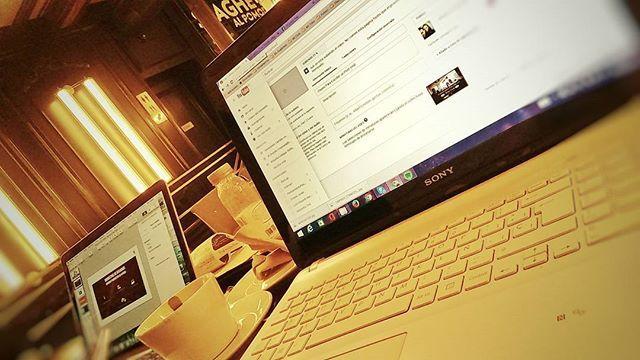 Poniendo a punto la maquinaria del día de hoy! Nos encantan estos Lunes de poner a punto todas las ideas del fin de semana!  #emprendedoresdigitales #trabajandofuera #emprendedores #oficina #cafeyconexion #felizlunes #ordenador