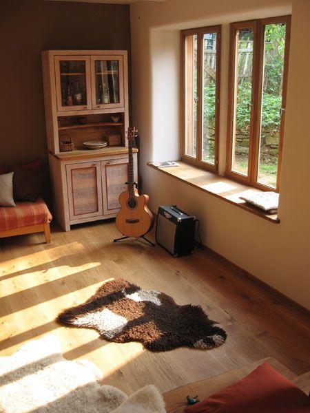 Wohnzimmer mit Eichenboden und tiefer Fensterlaibung in unserem - fachwerk wohnzimmer modern