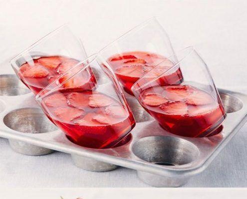 Vasos de gelatina con fresas y crema batida