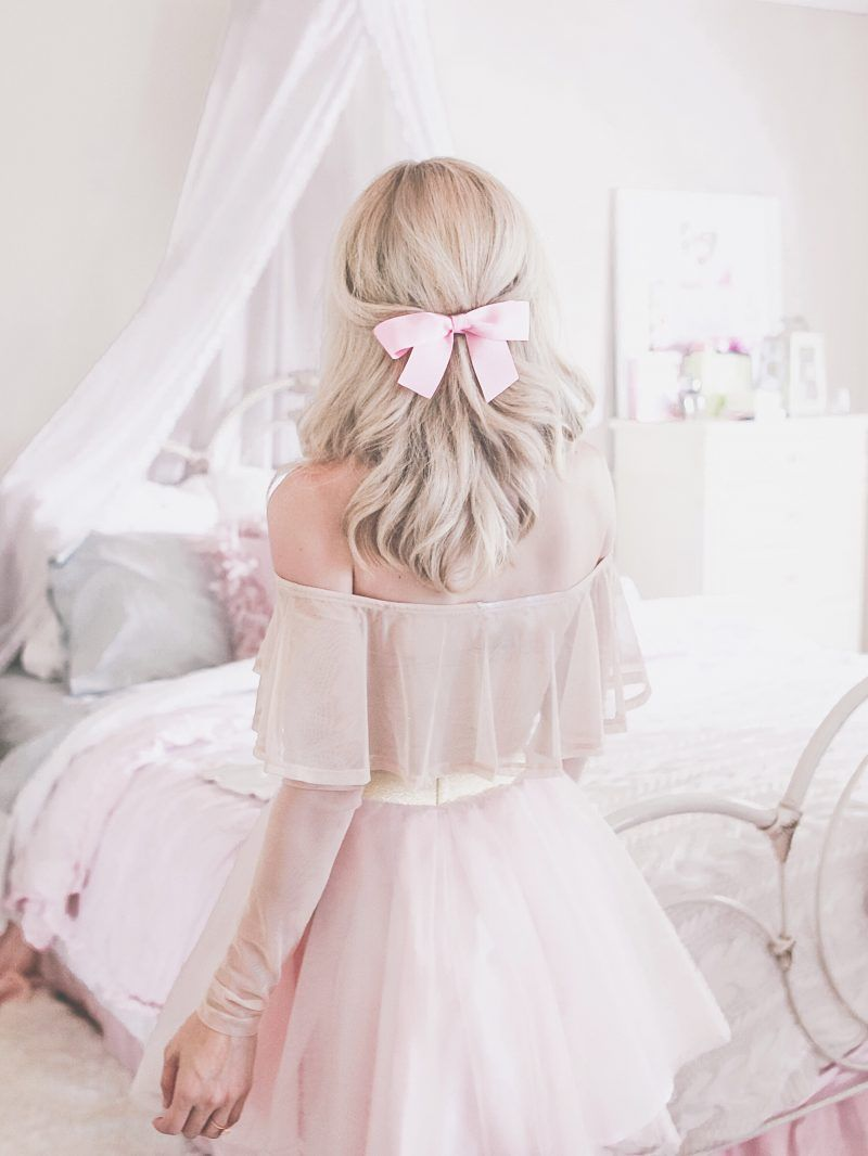 Feminine soft, feminine blog, feminine style, off the shoulder, romantic style, feminine outfits, girly outfits, bows, hairbow, hairbow hairstyle
