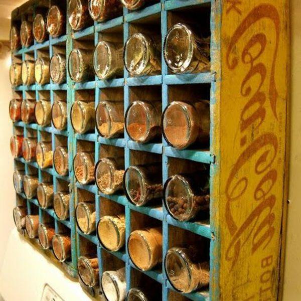 Gewürzaufbewahrung alter coca cola kasten mit vielen abteilungen für gewürze 25