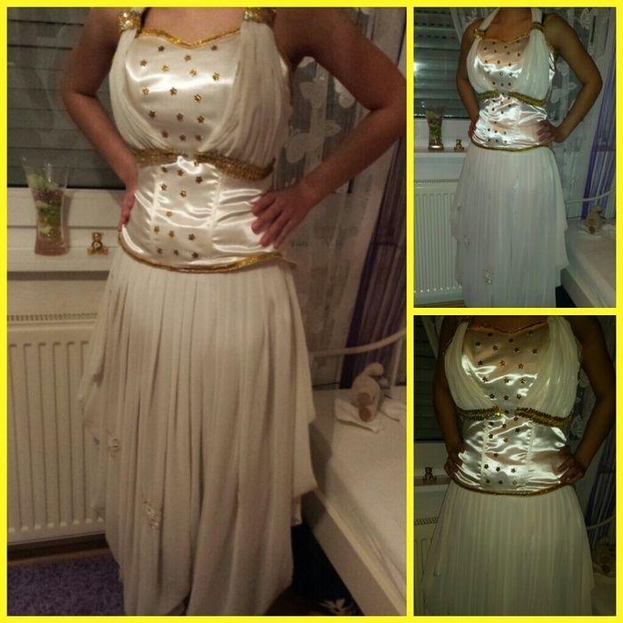 Dit is  een demije , dit zijn de traditionele kleren voor een feest , trouwfeest of speciale gelegenheid. Het bestaat uit een soort broek maar je ziet niet dat het een broek is. Het bestaat in allemaal verschillende modellen en kleuren.