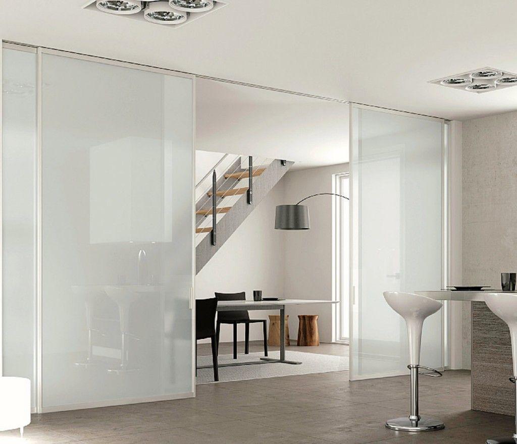 Una cucina parzialmente schermata porte glasschiebet r t ren e schiebeelemente - Armadietti da bagno ...