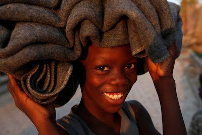 """A Jurubeba Cultural:   ●""""Tô de olho em voces.  (cidade de Jeremie, Haiti. Foto: Carlos Garcia Rawlins Reuters)."""