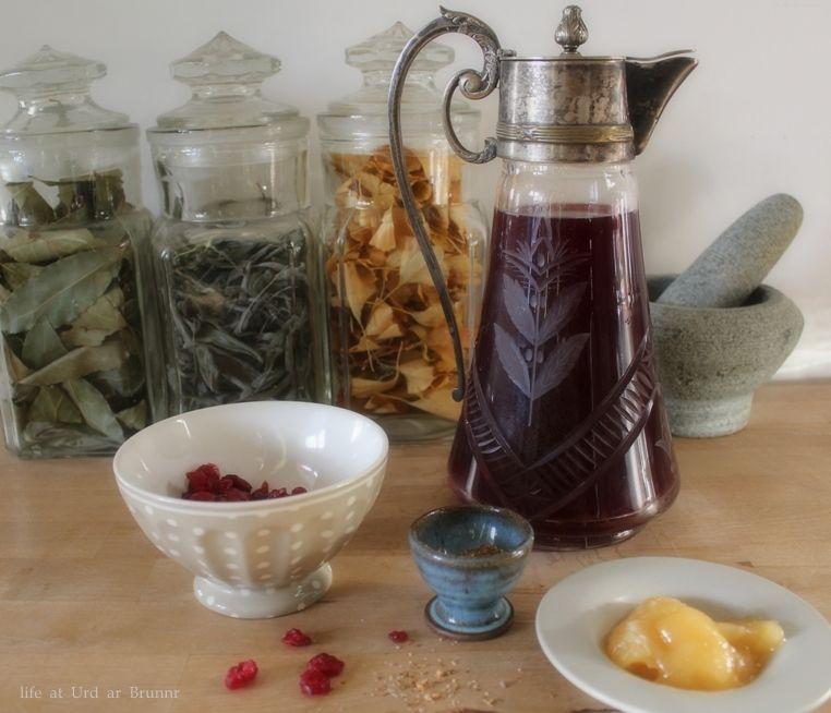 Nu te maken voor Joeltijd: Cranberry honingwijn, hier is mijn recept (dit is een gearomatiseerde wijn, niet te verwarren met cranberry mede) Ingrediënten: 75 cl goede rode wijn – Zelf gebruik ik ee…