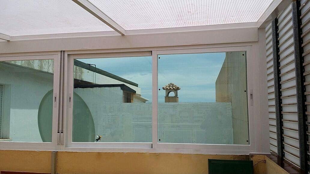 Pergola de Alumunio con techo de policarbonato con cierre de C:M. de aluminio